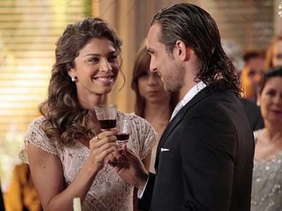 Alberto e Ester brindam taças em casamento na novela Flor do Caribe