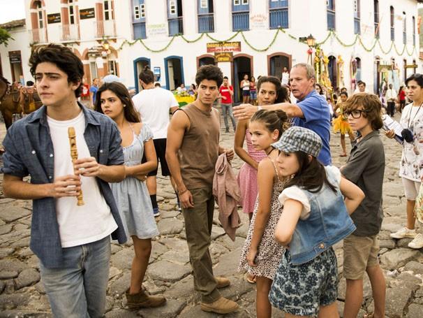 O diretor Jayme Monjardim orientou os jovens atores durante as gravações de Em Família em Goiás (Foto: Divulgação/TV Globo)