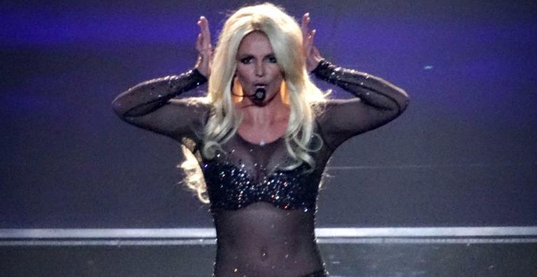Vídeo: Britney Spears tropeça em show, mas não perde a ...