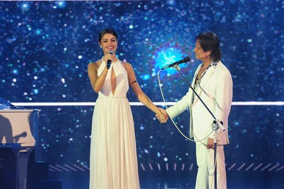 Roberto Carlos recebe Sophie Charlotte como cantora (Foto: Globo / João Cotta)
