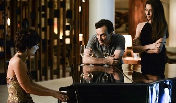 Claudio (Enrique Diaz) e Marília (Maria Fernanda Cândido) recebem Denise (Paolla Oliveira) em casa para o programa. Eles bebem e Denise toca piano. (Foto: Globo/Zé Paulo Cardeal)