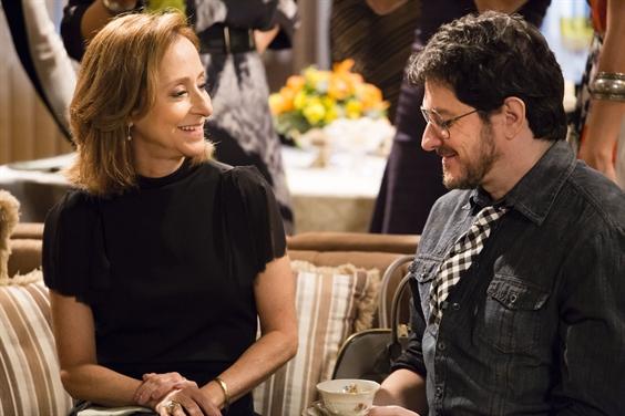 Lucrécia e Edgard (Guilherme Piva) conversam com Ana Botafogo durante o chá (Foto: Globo/Tata Barreto)
