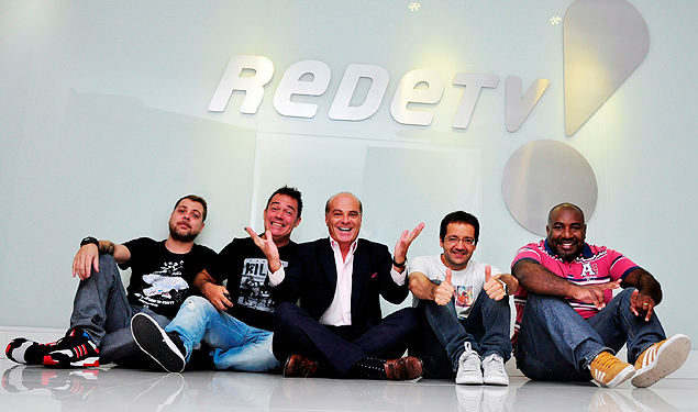"""Marcelo de Carvalho no meio, junto com a trupe do """"Encrenca"""" (Foto: Divulgação / RedeTV!)"""