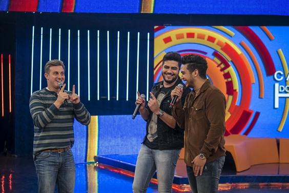 Luciano Huck e a dupla Henrique e Juliano (Foto: Globo/ Paulo Belote)