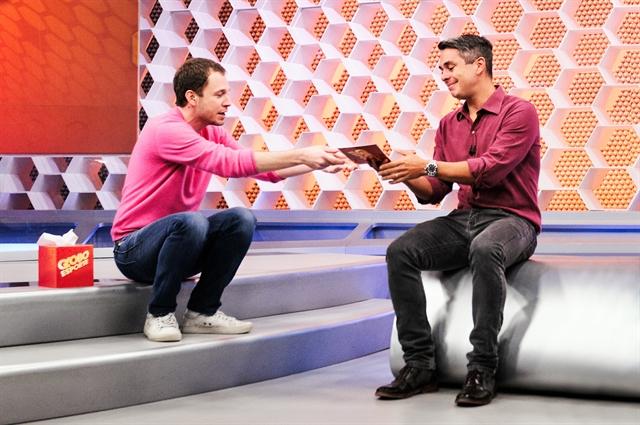 Tiago Leifert recebe Ivan Moré (Foto: Globo/Ramon Vasconcellos)
