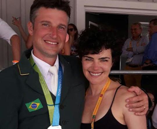 Atriz é clicada com Henrique Plombon, marido dela, em rara foto feita em uma prova de hipismo (Foto: Divulgação)