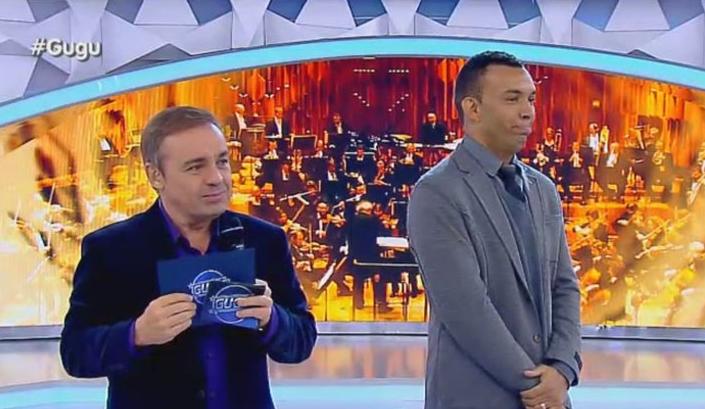 Gugu realiza sonho de gari cantor em seu programa. (Foto: Reprodução/TV Record)