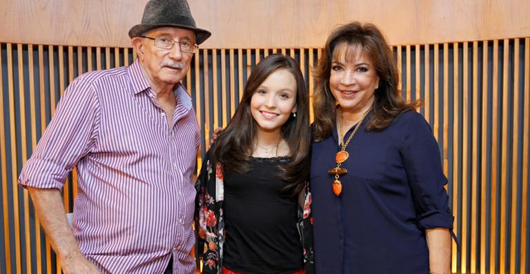 Larissa ao lado de Reynaldo Boury e Iris Abravanel. (Foto: Divulgação)