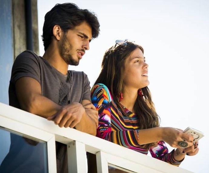 Alina conversa com Roger e reclama da situação (Foto: João Miguel / TV Globo)