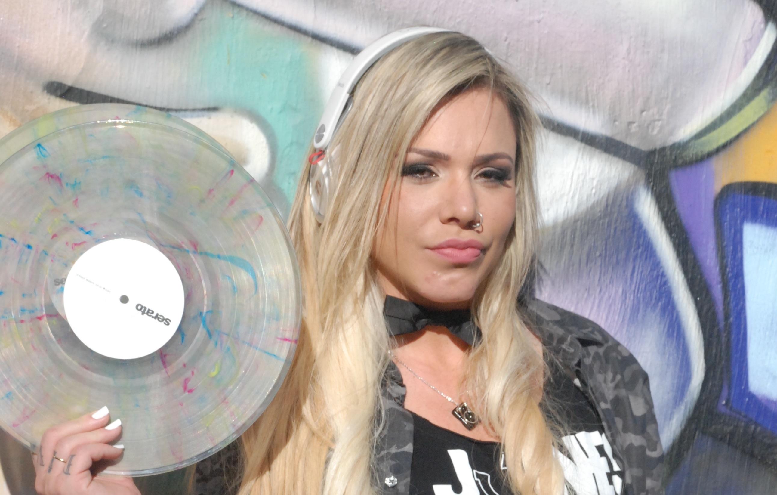 Raphaella ganha espaço na cena carioca e fala sobre a carreira de DJ (Foto: Divulgação)