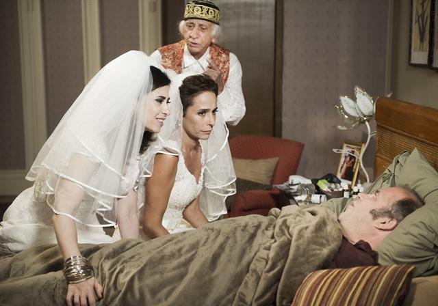 Fátima ( Fernanda Torres ) e Sueli ( Andréa Beltrão ) visitam Djalma ( Otávio Muller ), que finge estar doente. Chalita ( Flávio Migliaccio ) também participa do plano (Foto: Globo/Caiuá Franco)