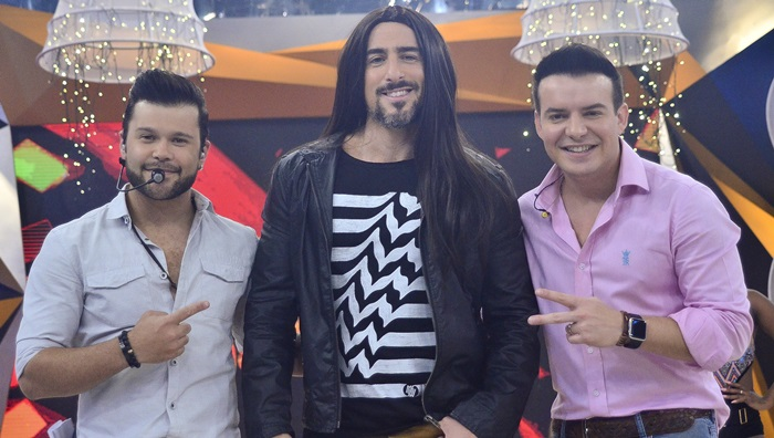 Marcos Mion - vestido de Wesley Safadão - ao lado de Marcos e Belutti, no programa que vai ao ar amanhã (Foto: Edu Moraes/Record)