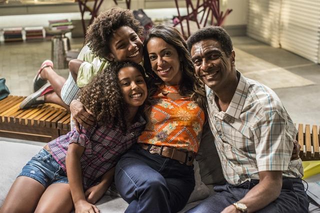 Dorinha (Samantha Schmütz) e Zé Pedro (Hélio de La Peña) com os filhos João (Leonardo Lima Carvalho) e Maria (Juliana Louise) em Totalmente Demais (Foto: Globo/Renato Rocha Miranda)