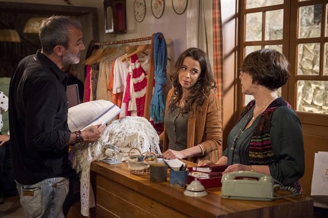 Rogerio Gomes ensaia cena da personagem Severa (Dani Barros) e Zilda (Nivea Maria) (Foto: Globo/Estevam Avellar)