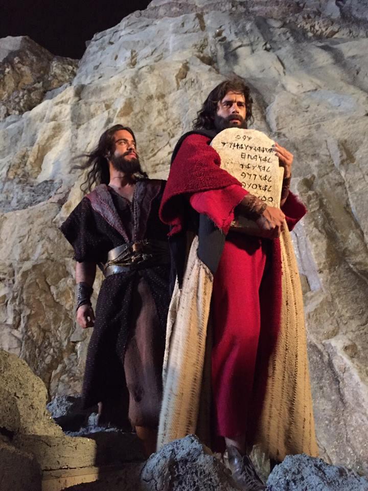 Moisés (Guilherme Winter) com a tábua dos Dez Mandamentos (Foto: Divulgação/Record)