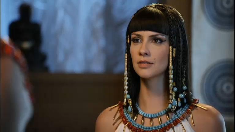 A atriz interpreta uma rainha na novela bíblica (Foto: Reprodução)