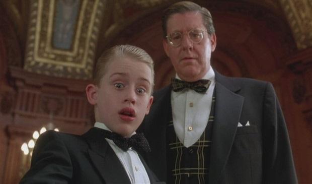 Macaulay Culkin e Edward Herrmann em cena de Riquinho (Foto: Divulgação)
