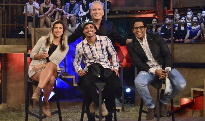 "Roberto Justus e os finalistas de ""A Fazenda 8"" (Foto: Antonio Chahestian/Record)"
