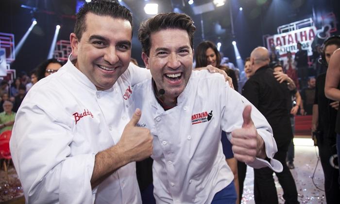 """Buddy Valastro e o vencedor do """"Batalha dos Confeiteiros Brasil"""" (Foto: Edu Moraes/Record)"""