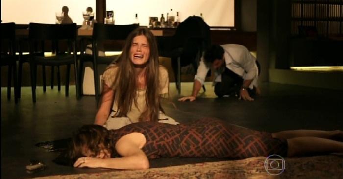 """Angel (Camila Queiroz) chora a morte da mãe em """"Verdades Secretas"""" (Foto: Reprodução/Globo)"""