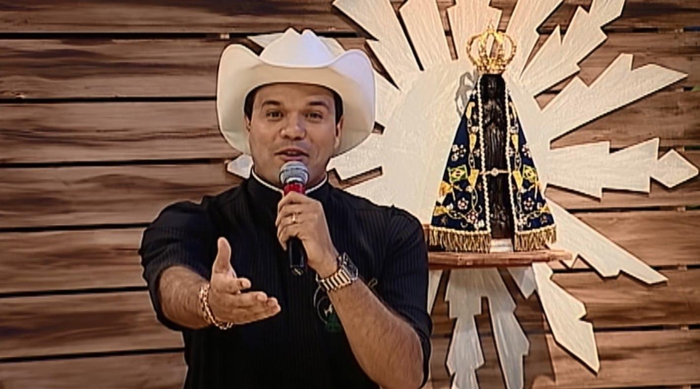 """Padre Alessandro Campos no comando do """"Aparecida Sertaneja"""" (Foto: Divulgação/A12)"""