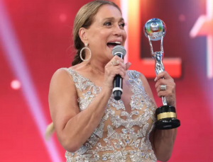 Susana Vieira ao receber o Troféu Mário Lago (Foto: Carol Caminha/Gshow)