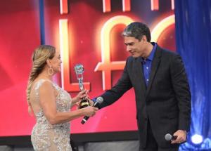 Susana Vieira recebe prêmio das mãos de William Bonner (Foto: Carol Caminha/Gshow)