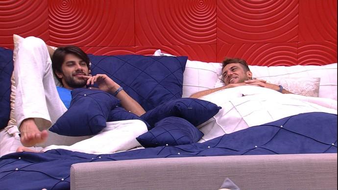 Renan e Daniel conversam na cama (Foto: TV Globo)