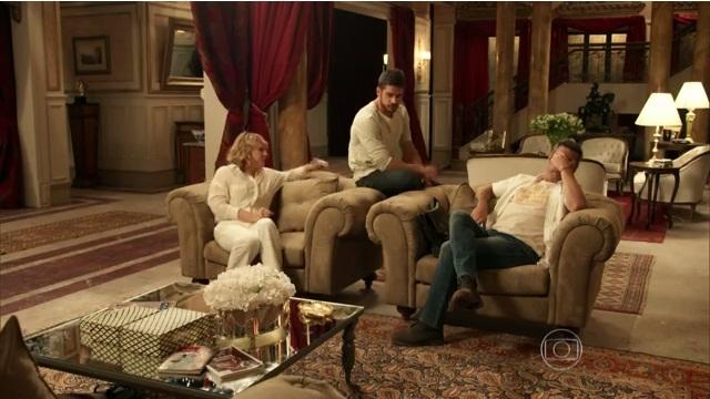 Cena na mansão dos Stewart no capítulo de ontem (06) (Foto: Reprodução/Globo)