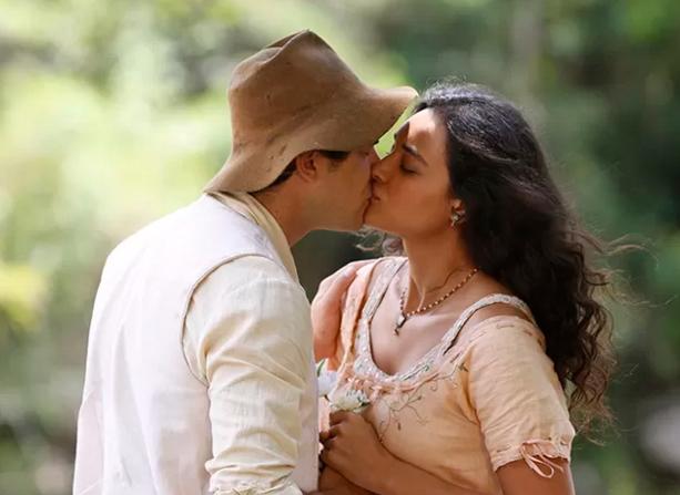 Candinho e Filomena se beijam pela primeira vez (Foto: Ellen Soares/Gshow)