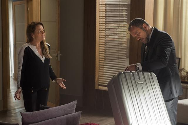 Germano (Humberto Martins) arruma as malas. Lili (Vivianne Pasmanter) está ali (Foto: Globo/Estevam Avellar)
