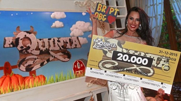 Kelly Medeiros mostrando seu prêmio (Foto: Divulgação)
