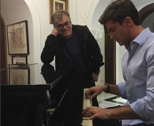 Walcyr Carrasco acompanha Klebber Toledo ao piano Foto: Reprodução/Instagram