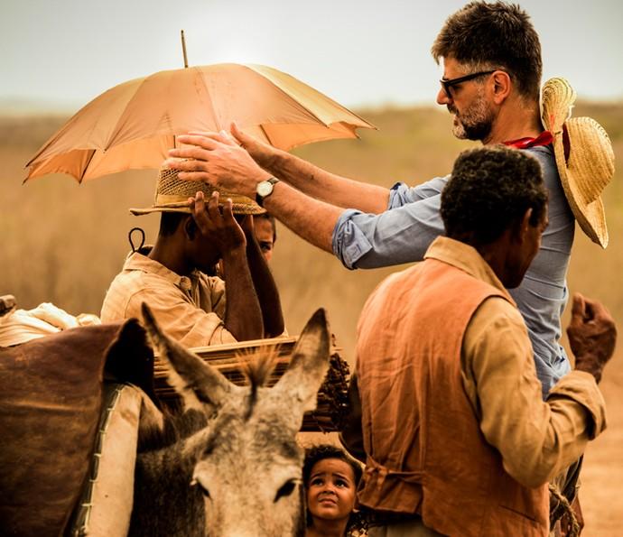 O diretor Luiz Fernando Carvalho no set de filmagens (Foto: Caiuá Franco/ Globo)