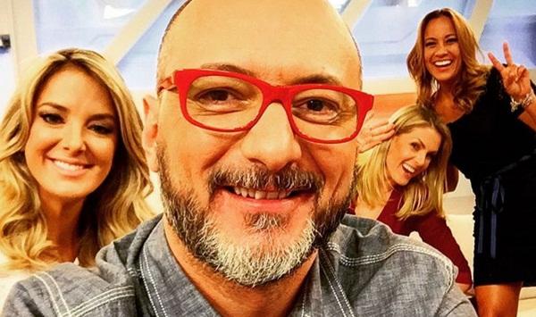 """Britto Jr. e as apresentadoras do """"Hoje em Dia"""" em sua volta ao programa (Foto: Reprodução/Record)"""