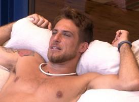 Daniel pensa no que a namorada está fazendo no Carnaval (Foto: TV Globo)