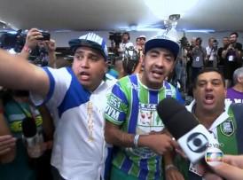 Integrantes da Unidos de Vila Maria se revoltam durante apuração (Foto: Reprodução/Globo)