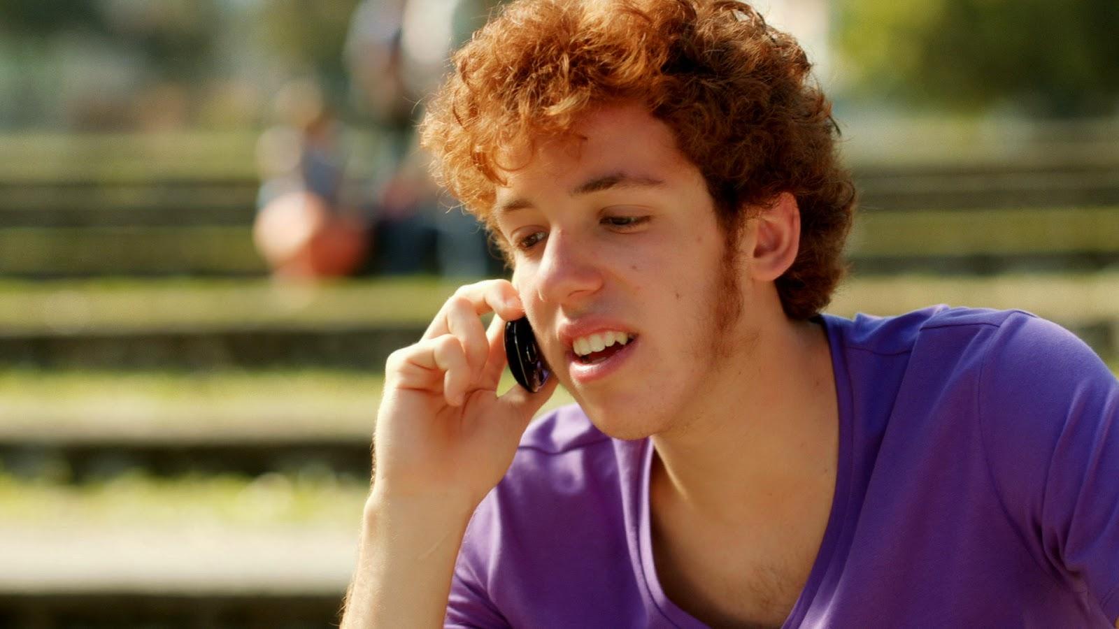 Ator João Côrtes conversando com Grazi Massafera no telefone; ele irá estar no Popstar (Foto: Reprodução)