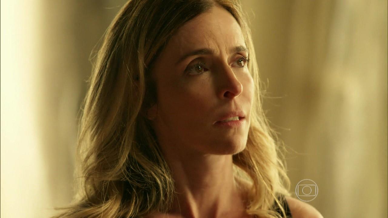 """Kiki (Deborah Evelyn) em cena de """"A Regra do Jogo"""" (Foto: Reprodução/Globo)"""