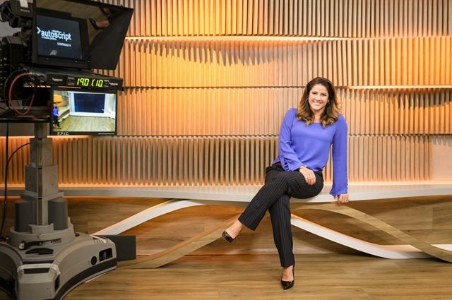 Christiane Pelajo no cenário de seu novo telejornal (Foto: Globo/Ramón Vasconcelos)