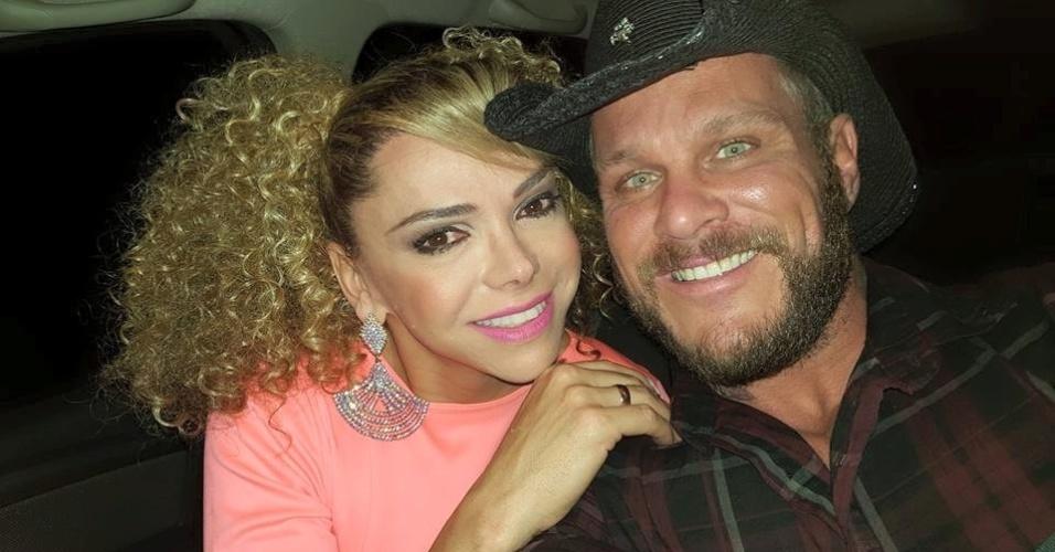 Leo Áquilla, jornalista da RedeTV, junto com o marido Chico Campadello (Foto: Divulgação)