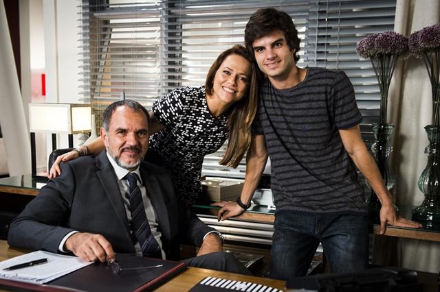 Germano (Humberto Martins), Lili (Viviane Pasmanter) e Fabinho (Daniel Blanco) (Foto: Globo/João Miguel Júnior)