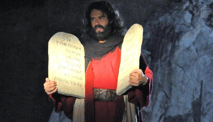 Moisés (Guilherme Winter) com as tábuas dos Dez Mandamentos (Foto: Munir Chatack/Record)