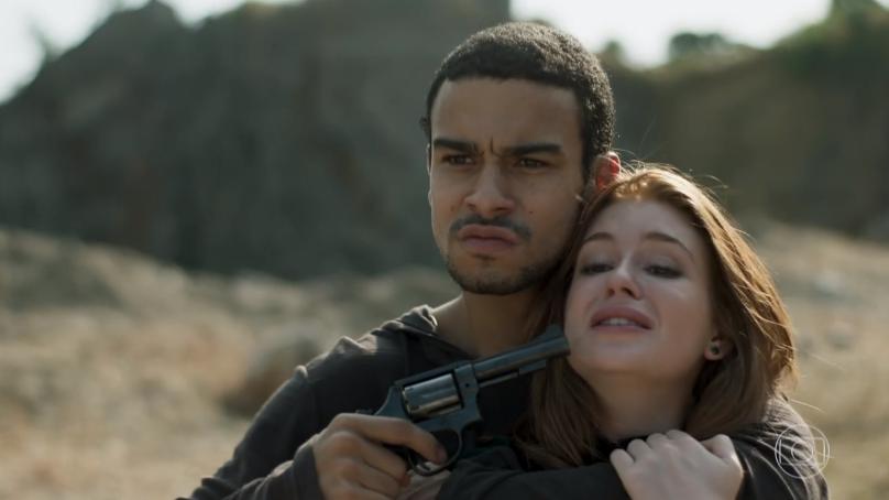 """Jacaré (Sergio Malheiros) e Eliza (Marina Ruy Barbosa) em cena de """"Totalmente Demais"""" ontem (28) (Foto: Reprodução/Globo)"""