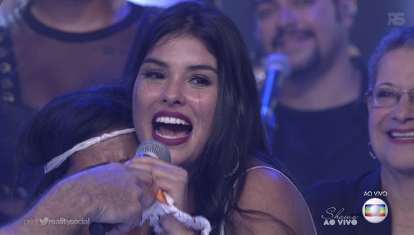 Emocionada, Munik tentou roubar o microfone de Bial (Foto reprodução)