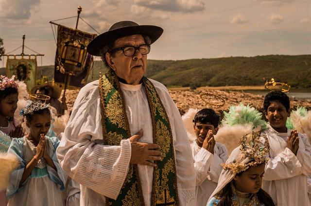 """Padre Romão (Umberto Magnani) em cena de """"Velho Chico"""" (Foto: Globo/Caiuá Franco)"""