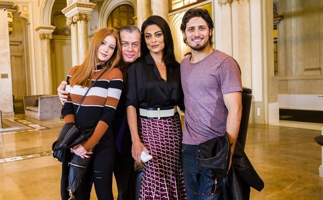 Eliza (Marina Ruy Barbosa), Arthur (Fábio Assunção), Carolina (Juliana Paes) e Rafael (Daniel Rocha) em Montevideo (Foto: Globo/João Miguel Júnior)