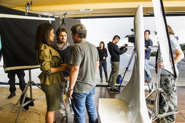 Carolina (Juliana Paes) e Rafael (Daniel Rocha) com o diretor Luiz Henrique Rios em bastidor de gravação no Uruguai (Foto: Globo/João Miguel Júnior)