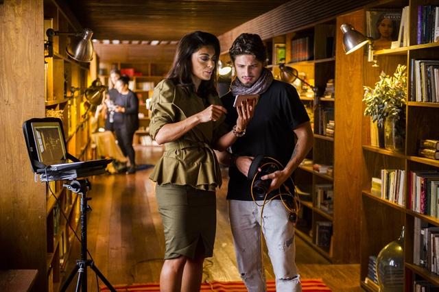 Carolina (Juliana Paes) e Rafael (Daniel Rocha) no Uruguai (Foto: Globo/João Miguel Júnior)