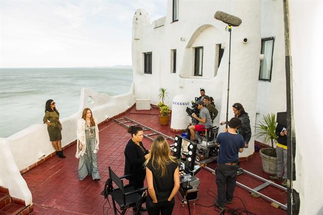 Bastidor de gravação na Casa Pueblo, Punta Del Este, Uruguai com Eliza (Marina Ruy Barbosa) e Carolina (Juliana Paes) (Foto: Globo/João Miguel Júnior)